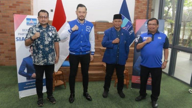 Ketum Partai Demokrat Agus Harimurti Yudhoyono (tengah-kiri) dan manajer Madura United Rahmad Darmawan (tengah-kanan). Copyright: demokrat.or.id