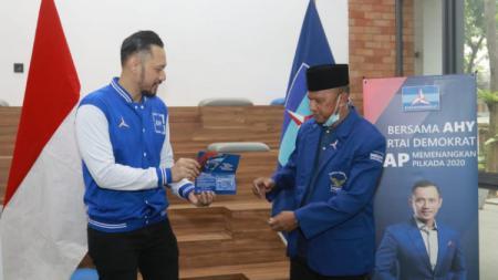 Ketum Partai Demokrat Agus Harimurti Yudhoyono (tengah-kiri) dan manajer Madura United Rahmad Darmawan (tengah-kanan). - INDOSPORT