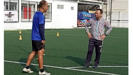Pelatih Sulut United, Ricky Nelson (kanan), memimpin latihan tim menjelang kick-off Liga 2. - INDOSPORT