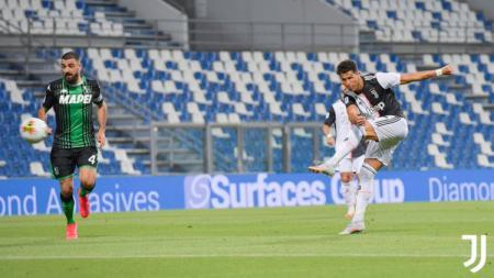 Sepakan Cristiano Ronaldo di pertandingan Sassuolo vs Juventus pada pekan ke-33 Liga Italia Serie A 2019/20, Kamis (16/07/20). - INDOSPORT