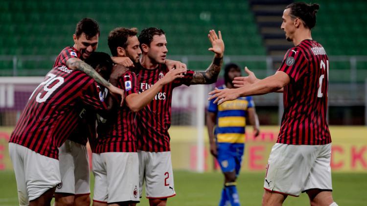 Skuat AC Milan melakukan selebrasi usai mengalahkan Parma Copyright: Mattia Ozbot/Soccrates/Getty Images
