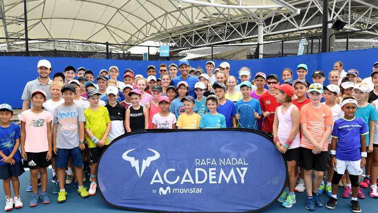 Rafael Nadal bersama para murid di akademinya. Copyright: Bradley Kanaris/Getty Images