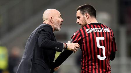 Pelatih AC Milan Stefano Pioli (kiri) dan gelandang I Rossoneri Giacomo Bonaventura (kanan). - INDOSPORT