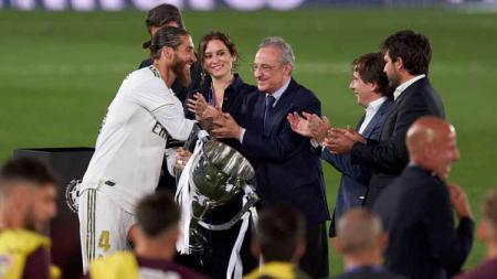 Pemain Real Madir Sergio Ramos mendapat ucapan selamat dari presiden Real Madrid Florentino Perez, Kamis (16/7/20). - INDOSPORT