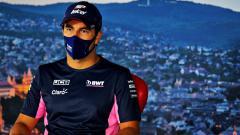 Indosport - Pembalap Racing Point, Sergio Perez, akan absen di balapan Formula 1 (F1) GP Inggris 2020 karena positif virus corona.