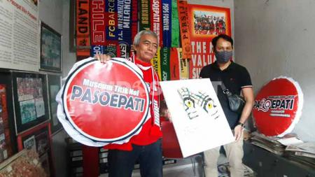 Setelah Listianto Raharjo, giliran I Komang Putra memberikan sarung tangan bersejarah ke Titik 0 Museum Pasoepati, Jumat (17/07/20). - INDOSPORT