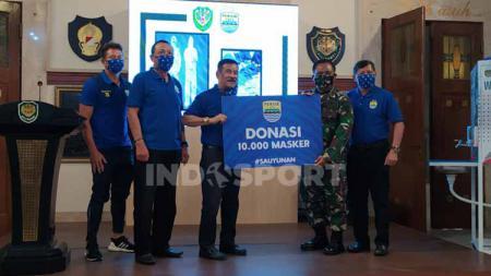 Manajemen Persib serahkan 250 alat pelindung diri (APD) dan 10 ribu masker ke Kodam III Siliwangi. - INDOSPORT