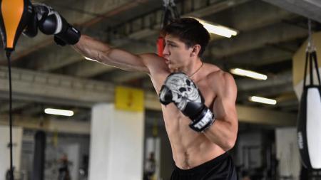 Kickboxer dan atlet bela diri asal Slovakia, Pavel Trusov, berhasil memecahkan rekor dunia untuk pukulan terbanyak yang dapat dilakukan dalam waktu satu menit. - INDOSPORT