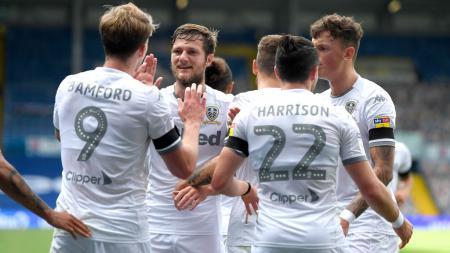 Skuat Leeds United melakukan selebrasi - INDOSPORT