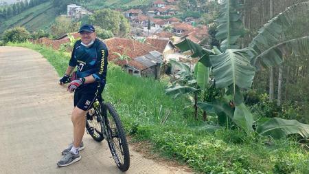 Robert Rene Alberts bersepeda di wilayah bukit Jawa Barat - INDOSPORT
