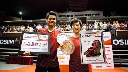 Pebulutangkis Indonesia Tantowi Ahmad dan Liliyana Natsir saat memenangkan Kejuraan Singapura Open 2011.