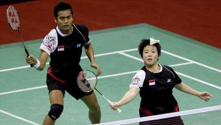 Pebulutangkis Indonesia Tantowi Ahmad dan Liliyana Natsir saat melawan pasangan Korea Selatan Lee Yong-dae dan Ha Jung-eun Super Series Badminton 2012.