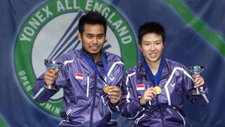Pebulutangkis Indonesia Tantowi Ahmad dan Liliyana Natsir berpose dengan pialanya pada Yonex All England Badminton Championships 2013.