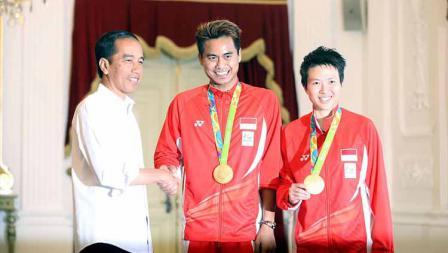 Pebulutangkis Indonesia Tantowi Ahmad dan Liliyana Natsir saat foto bersama Presiden Joko Widodo, pemegang medali olimpiade indonesia di istana presiden pada 24 agustus 2016.