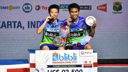 Peraih medali emas Tontowi Ahmad dan Liliyana Natsir, setelah mengalahkan Chan Peng Soon dan Goh Liu Ying dari Malaysia pada Indonesia Open 2018.