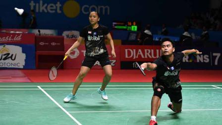 Tontowi Ahmad dan Winny Oktavina Kandow saat melawan Nipitphon Phuangphuapet dan Savitree Amitrapai dari Thailand pada Indonesia Open 2019.