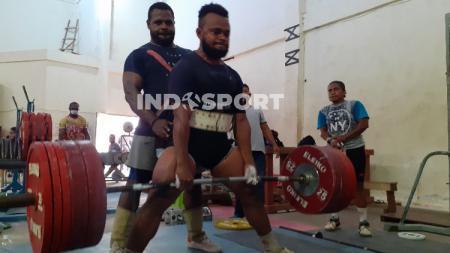 Atlet Angkat Besi Papua saat berlatih. - INDOSPORT