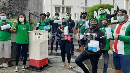 Suporter klub Liga 1 Persebaya Surabaya, Bonekmania tak berhenti untuk melakukan aksi kemanusiaan di tengah pandemi virus corona. - INDOSPORT