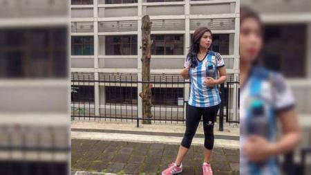 Perkenalkan Siska Maulid Nadi, ibu satu anak yang merupakan salah satu freestyler sepakbola wanita di Indonesia. - INDOSPORT