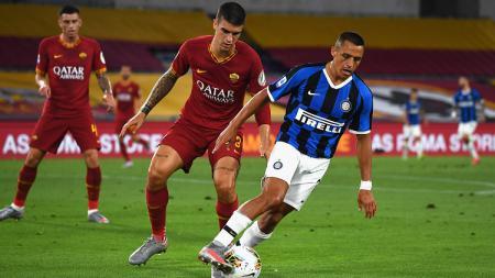 Alexis Sanchez berupaya mengelabui lawan dalam pertandingan Serie A Liga Italia 2019-2020 kontra AS Roma, Minggu (19/7/20). - INDOSPORT