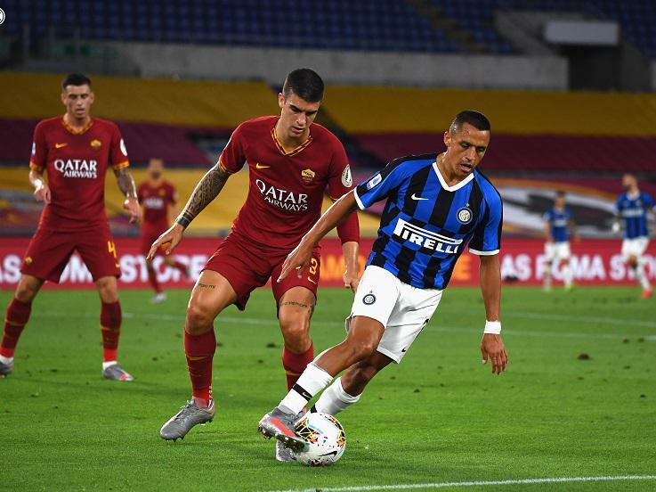 Alexis Sanchez berupaya mengelabui lawan dalam pertandingan Serie A Liga Italia 2019-2020 kontra AS Roma, Minggu (19/7/20). Copyright: Twitter Inter Milan