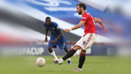 Bruno Fernandes (Manchester United) mencetak gol dengan tendangan penalti dalam pertandingan Semifinal Piala FA melawan Chelsea.