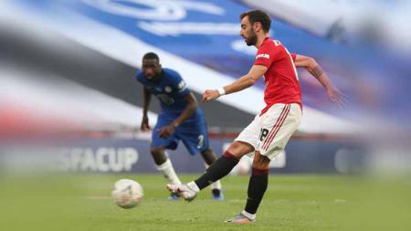 Bruno Fernandes (Manchester United) mencetak gol dengan tendangan pinalti dalam pertandingan Semi Final Piala FA. - INDOSPORT