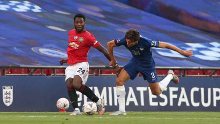 Timothy Fosu-Mensah (Manchester United) saat duel dengan Marcos Alonso (Chelsea) dalam pertandingan Semifinal Piala FA antara Manchester United dan Chelsea.
