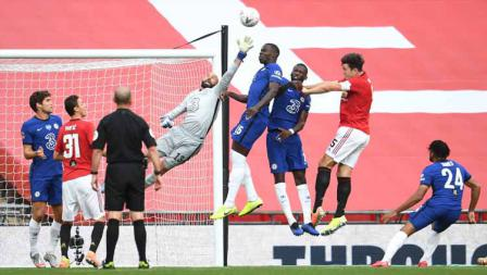 Aksi Kiper Chelsea, Willy Caballero saat menyelamatkan tendangan sudut dari Bruno Fernandes dalam pertandingan Semi Final Piala FA.