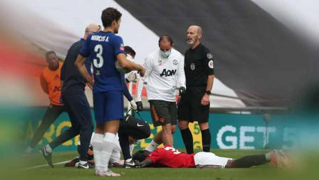 Pemain Manchester United, Eric Bailly mengalami cedera saat pertandingan pada Semi Final Piala FA.