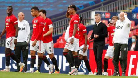 Pelatih Manchester United Ole Gunnar Solskjaer memberikan semangat kepada timnya dalam pertandingan Semi Final Piala FA.