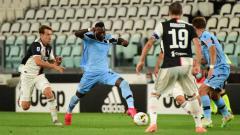 Indosport - Striker Lazio, Felipe Caicedo (dua dari kiri), tidak percaya bahwa dirinya telah sukses mencetak gol ke gawang Juventus yang membuat kedua tim bermain imbang di Serie A Italia.