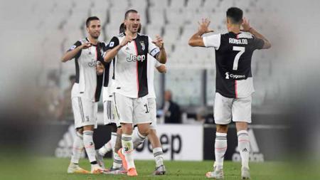 Leonardo Bonucci dan Cristiano Ronaldo dari Juventus saat merayakan kemenangan dalam pertandingan Serie A. - INDOSPORT