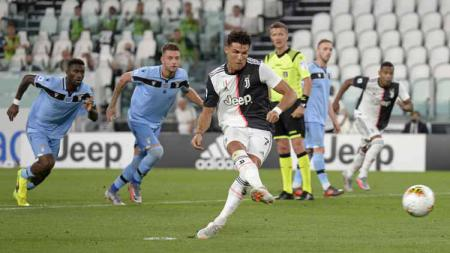 Aksi Pemain Juventus, Cristiano Ronaldo saat melakukan tendangan pinalti dalam pertandingan di Serie A Italia. - INDOSPORT