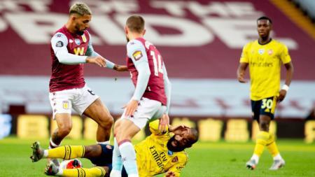 Lacazette tersungkur di laga pkan ke-37 Liga Inggris 2019-2020 Aston Villa vs Arsenal, Rabu (22/07/20). - INDOSPORT