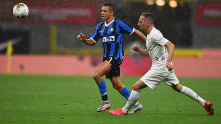 Alexis Sanchez dan Ribery berebut bola di pertandingan pekan ke-35 Liga Italia Serie A 2019/20 Inter Milan vs Fiorentina, Kamis (23/07/20). - INDOSPORT