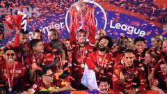 Indosport - Jordan Henderson mengangkat trofi Liga Primer Inggris bersama skuat Liverpool
