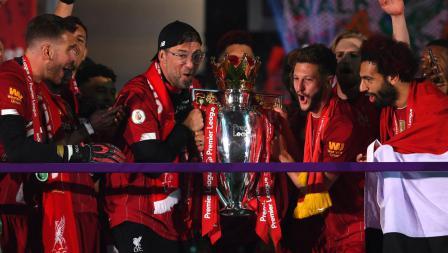 Jurgen Klopp dan Adam Lallana hendak mengangkat trofi Liga Primer Inggris
