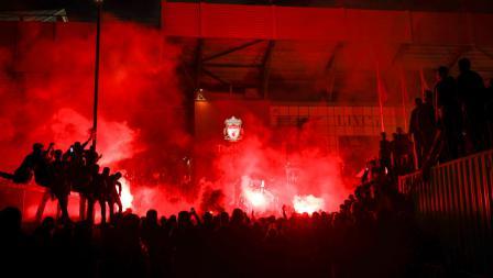 Para fans Liverpool merayakan gelar juara Liga Primer Inggris di depan Anfield Stadium