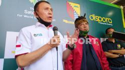 Ketua Umum PSSI, Mochammad Iriawan (kiri) saat meresmikan lapangan Soccer Training Sabilulungan Si Jalak Harupat, Kabupaten Bandung, Rabu (22/07/20).