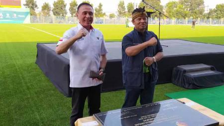 Bupati Bandung, Dadang M Naser, membeberkan alasan Lapangan Soccer Training Sabilulungan Si Jalak Harupat, Kabupaten Bandung, menggunakan rumput sintetis. - INDOSPORT