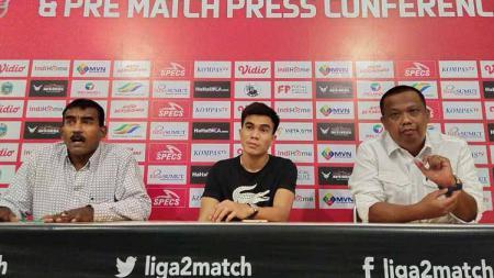 Manajer PSMS, Mulyadi Simatupang (kanan) dan Sekum PSMS, Julius Raja (kiri), bersama calon pemain anyar PSMS, Paulo Sitanggang (tengah). - INDOSPORT