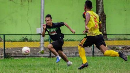 Klub Liga 2 2020, PSMS Medan, tak mencari hasil akhir saat bersua tim lokal Medan, Gumarang FC, dalam laga uji coba di Stadion Kebun Bunga, Medan, Rabu sore. - INDOSPORT