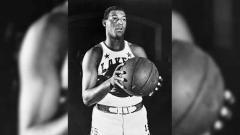 Indosport - Elgin Baylor adalah legenda hidup LA Lakers yang karier bermain 14 musimnya dihabiskan hanya untuk klub NBA itu. Seperti apa kabarnya sekarang?
