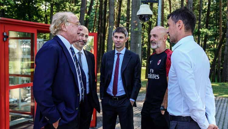 Para petinggi AC Milan mengunjungi Milanello setelah memastikan perpanjangan kontrak untuk pelatih Stefano Pioli. Copyright: Twitter@acmilan