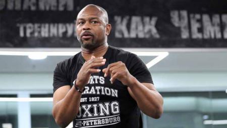 Roy Jones Jr mengaku dirinya tak bisa menolak ketika tawaran melawan legenda tinju, Mike Tyson, datang menghampirinya. - INDOSPORT