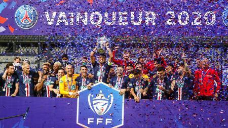 Seremoni juara Coupe de France 2019-2020 yang dimenangi Paris Saint-Germain. - INDOSPORT
