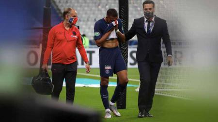 Pemain Paris Saint-Germain (PSG), Marquinhos, merasa khawatir dengan cedera yang dialami oleh rekan setimnya, Kylian Mbappe, di final Coupe de France. - INDOSPORT