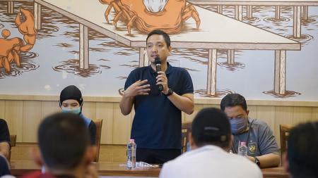 CEO PSIS Semarang, Yoyok Sukawi, ketika menghadiri acara sarasehan dengan Panser Biru dan Snex. - INDOSPORT