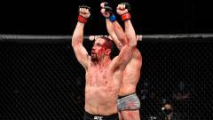 Indosport - Petarung Mixed Martial Arts (MMA), Robert Whittaker berhasil mengalahkan lawannya, Darren Till di UFC Fight Island, meski tubuhnya harus berlumuran darah.